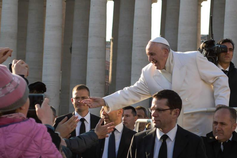 Quel est le rôle politique du Pape en France et dans le monde?